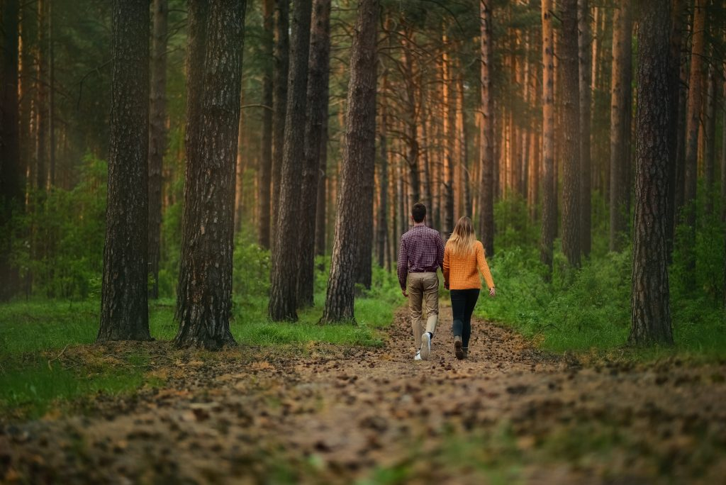 couple hiking nature immersion trail