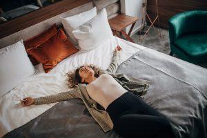 women traveler beats jet lag